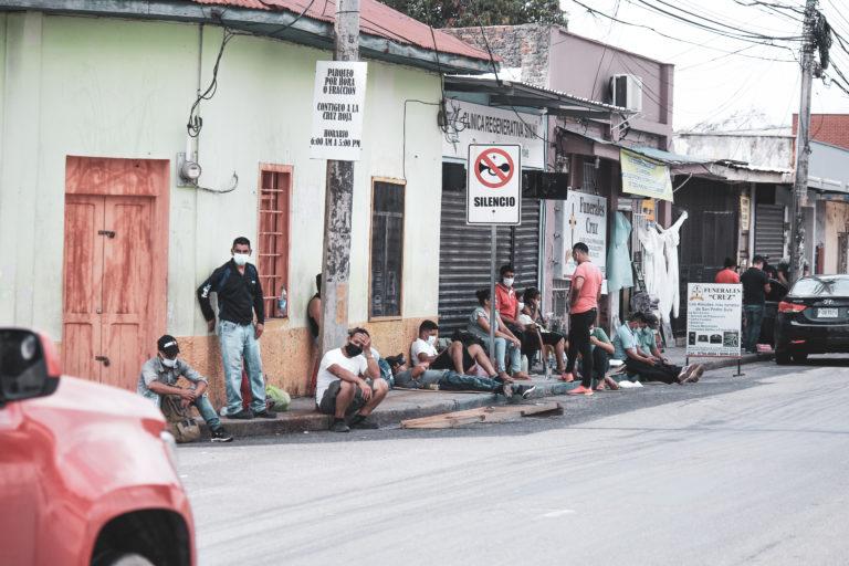 Al hospital Leonardo Martínez son remitidos enfermos de otros departamentos del país como Yoro y Santa Bárbara. Los familiares que no tienen recursos para pagar alojamiento permanecen en la calle frente al hospital de día y de noche.