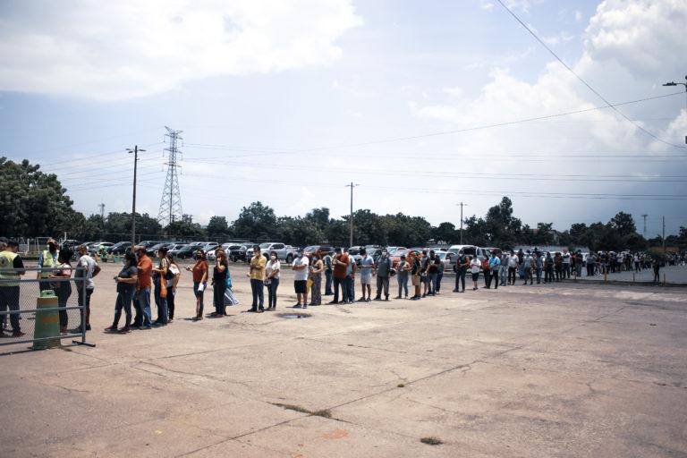 Decenas de personas esperan para ser vacunados en el Gimnasio Olímpico Metropolitano. Al 13 de agosto, la Secretaría de Salud y el Instituto Hondureño de Seguridad Social habían aplicado 3, 292 889, de esas 966 000 eran segundas dosis.