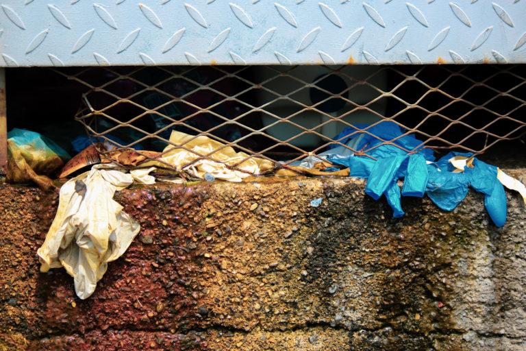 Desechos de utensilios de bioseguridad tirados en las cercanías del hospital Leonardo Martínez.  Al inicio de la pandemia el personal sanitario reclamó por la carencia de estos insumos básicos para atender a pacientes de COVID-19.