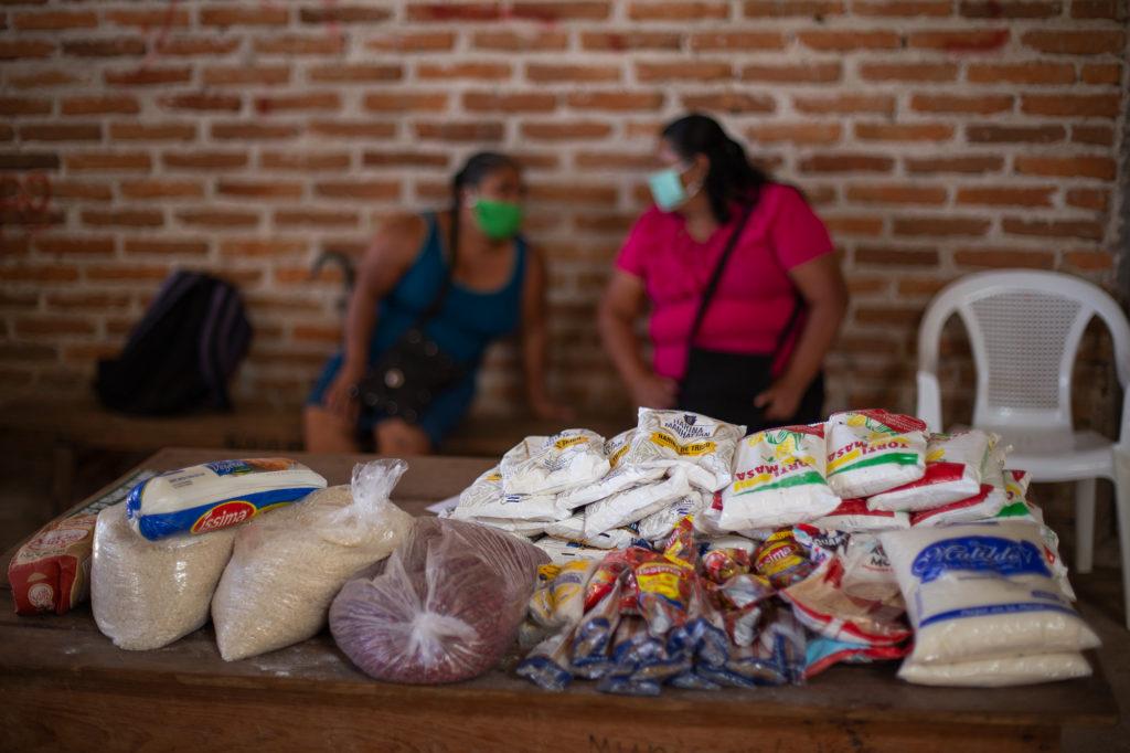 Los alimentos que contiene la ayuda que entrega la Cruz Roja Hondureña en las comunidades de la cuenca del Goascorán se muestran en una mesa durante la entrega de alimentos en la comunidad de Florida. Opatoro, La Paz, 8 de agosto de 2020. Foto: Martín Cálix