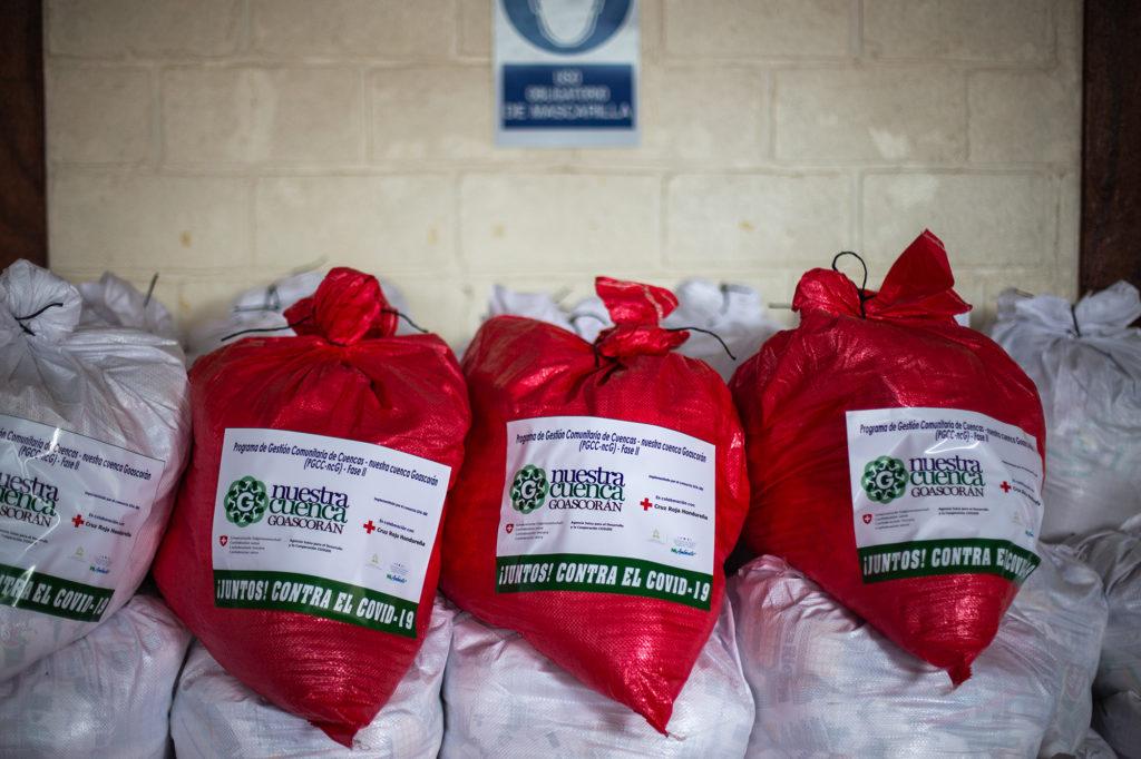 Sacos de alimentos para ser entregados por la Cruz Roja. Nacaome, Valle, 29 de agosto de 2020. Foto: Martín Cálix