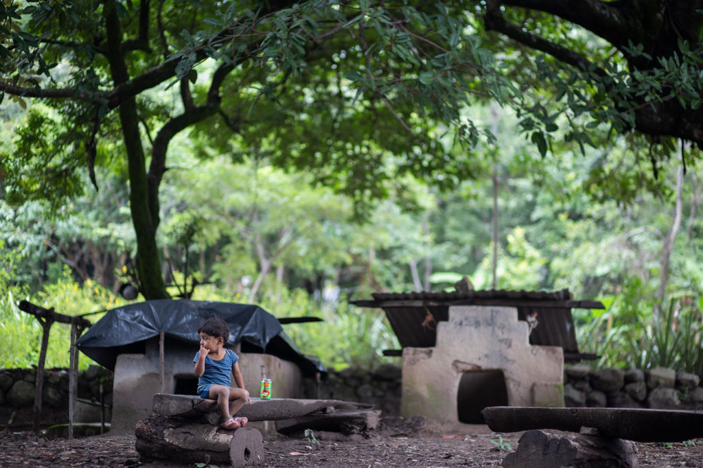 Un niño espera a su madre durante la entrega de alimentos en su comunidad. Curarén, Francisco Morazán. 27 de agosto de 2020. Foto: Martín Cálix