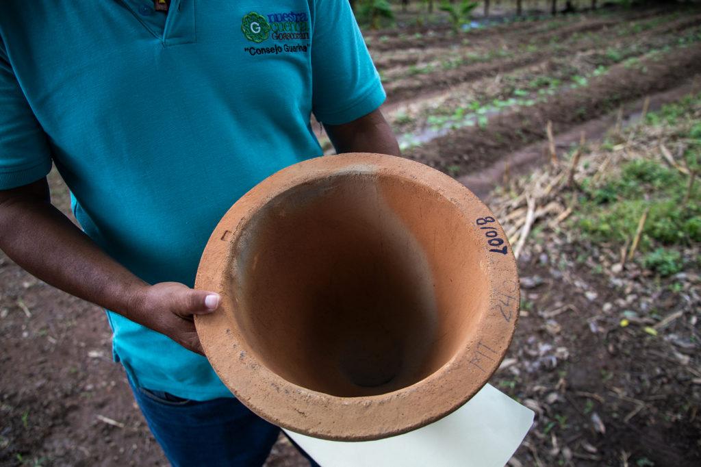 Un filtro de barro dentro de un recipiente de plástico ayuda a que las familias beneficiadas del proyecto puedan purificar el agua para el consumo humano. Aguanqueterique, 29 de agosto de 2020. Foto: Martín Cálix